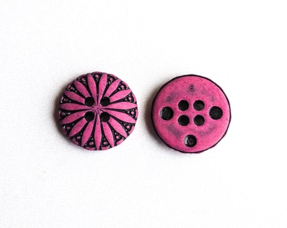 36 Vintage Round Fuschia colored Plastic Buttons with Daisy Design  Item 0052