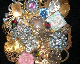 Victorian-style brooch in gold and pink