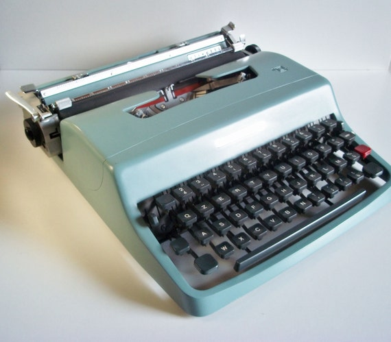 Vintage portable typewriter Lettera 32 -Made in Italy by Olivetti - Great piece - Dates1960s