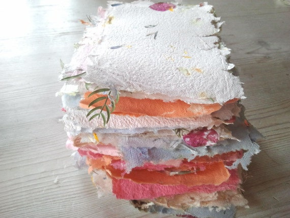 Pack of 6 pieces of handmade paper with leaves and petals