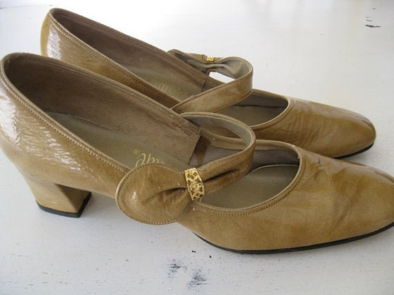 SALE. camel. MARY JANES. gold filigree. 1960s. Size 7 narrow.