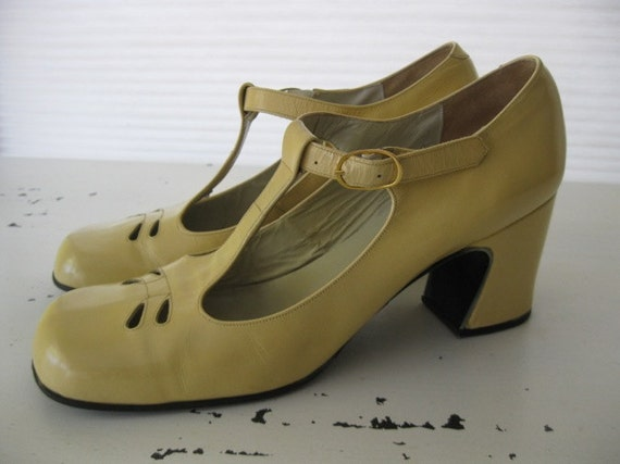 RESERVED. mary janes. CUT OUT. 1960s. size 7.5. mod.