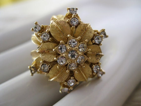 GOLD. cocktail ring. VINTAGE. rhinestones. COSTUME. flower.