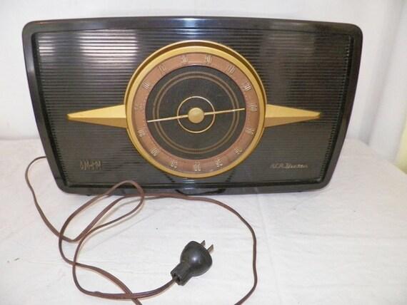 1951 RCA Victor AM FM Tube Radio W/ Bakelite Cabinet