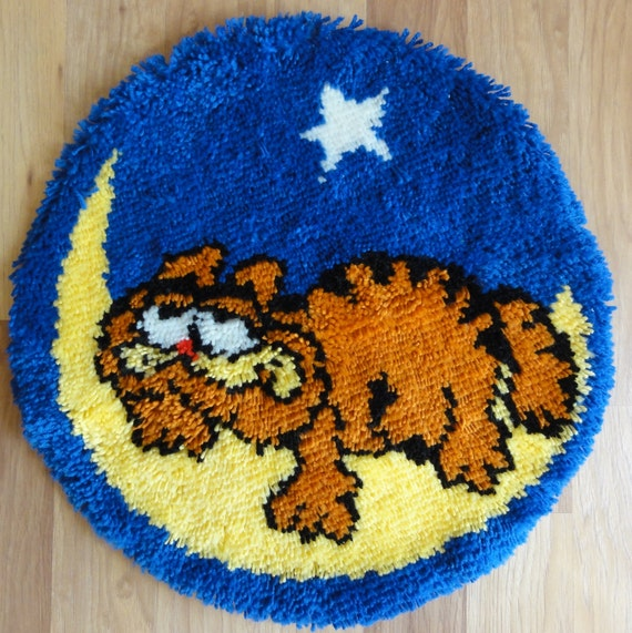 """CLEARANCE - Vintage Handmade Hooked Rug - Garfield The Cat - 23"""" round"""