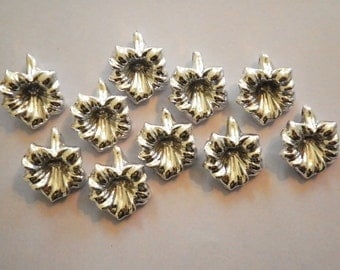 10 Vintage Lucite 23mm Silverplated Flower Pendants