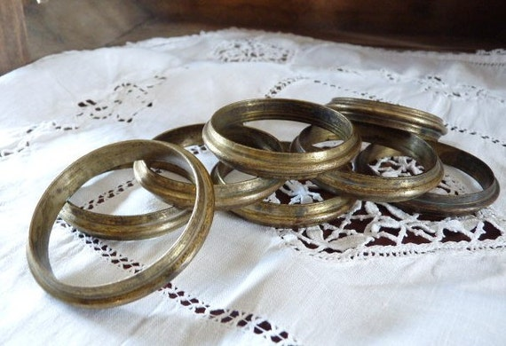 S: 8 FRENCH CURTAIN RINGS, Brass Curtain Rings in original Patina.