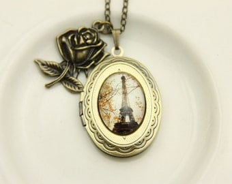 Medallion photo eiffel tower necklace