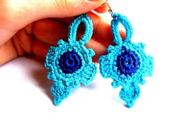Crochet romantic earrings in turquoise and blue.