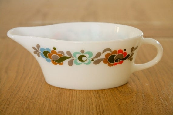 Pyrex Gravy Boat/Sauce Jug - White With English Carnaby Design