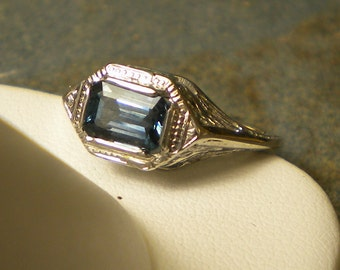 18K White Gold Rectangular Blue Sapphire Ring