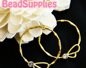 CH-ME-02091,   Matted gold plated, Circle drop with a sparkling bee, 4 pcs