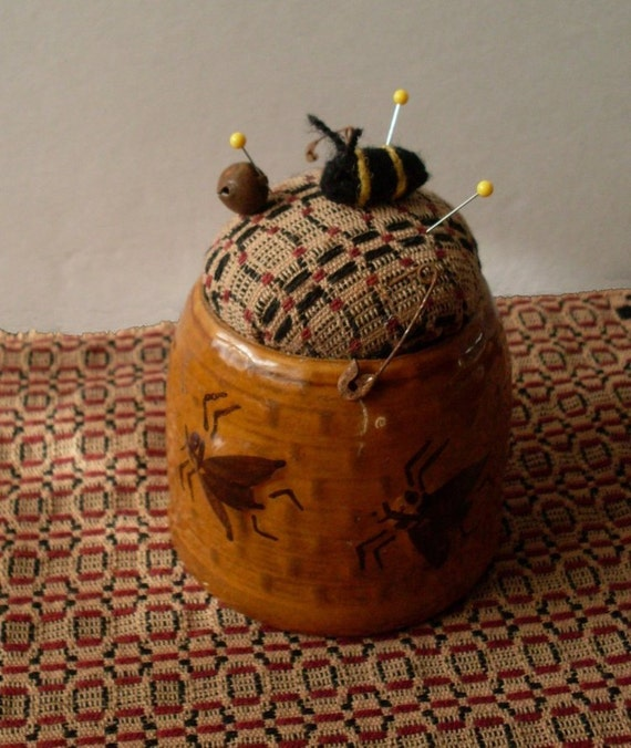 PrimiTive Folkart Honey Pot Pincushion & Needlefelted Bee  BeaconHillCollectibles Pincusions