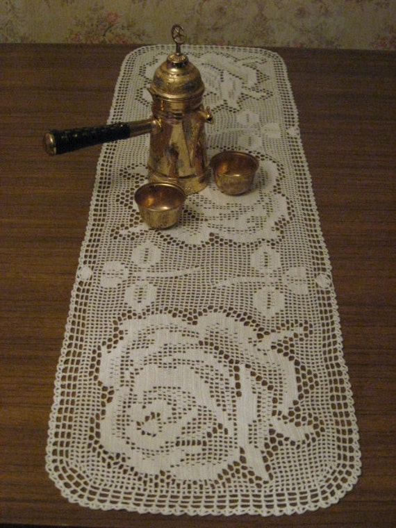 Crochet lace table runner with three roses, white cotton runner, lace doily, tablecloth 95x28cm, table linens, dresser scarf
