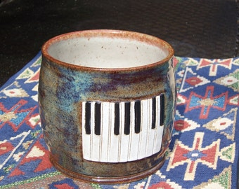 cooking utensil crock with piano key medallion