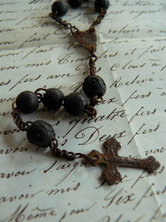 ancien chapelet aux perles rondes sculptées