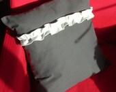 Charcoal-grey pillow cover  ruffles - Kussenhoezen grijs met ruche wit -