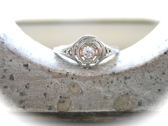 Stunning Vintage 18K White Gold and Diamond Filigree Ring