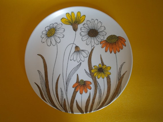 Vintage plastic dinner plate  with yellow, white and orange Daisies    Cottage Chic