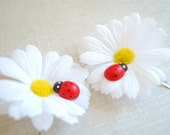 two white yellow daisies, bobby pins, flower girl hair clip, photo prop, country, summer weddings accessories, ladybug, bridal hair clip