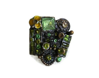 Very funky vintage brass bling ring, Forest green, FACETED GLASS BEADS, multicolor, pale maize yellow. Adjustable costume jewelry, jewellery