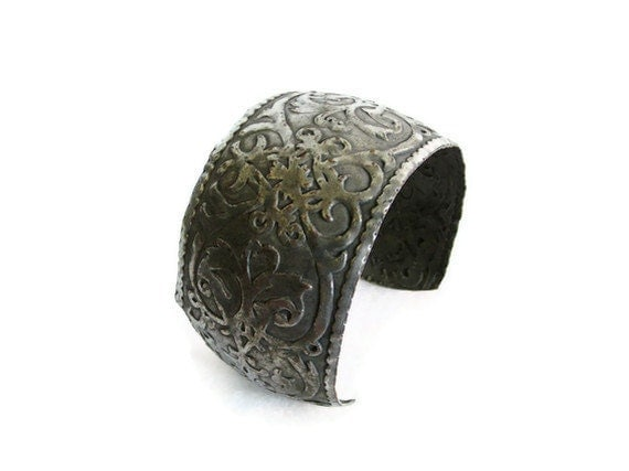 Vintage hand forged & hammered COPPER CUFF bangle BRACELET ornate floral pattern wrist accessory - Artisan crafted metal arts crafts