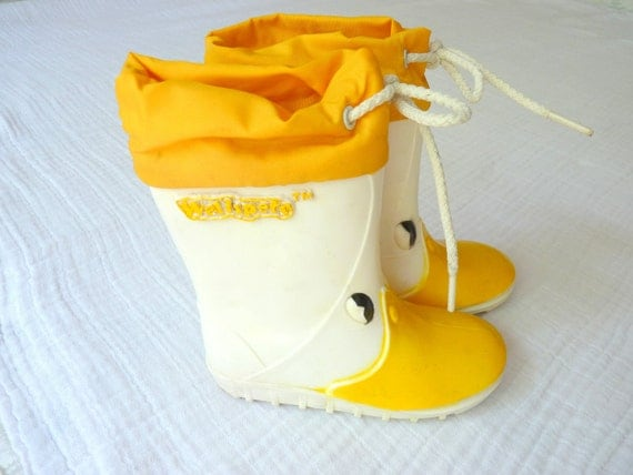 Vintage kids/ toddler rain boots size 6. 80s white and yellow