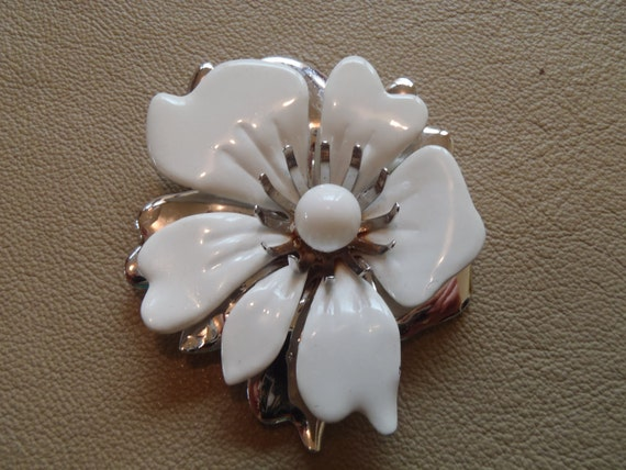 Vintage white and silver enamel flower brooch. Signed Sarah Coventry