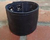 "large wide adjustable 8.5"" x 2"" leather  rockstar cuff w/ secret zipper pocket - black"
