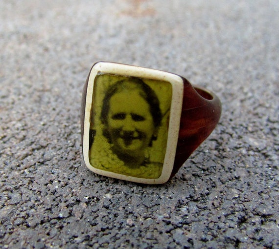 Unique mourning ring in brown and ivory bakelite, sweet smiling grandmother photo, size 5-6