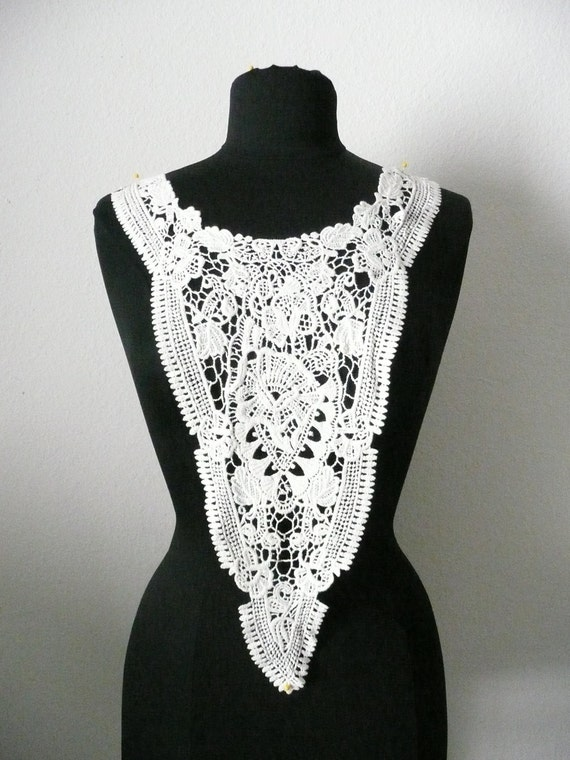 A long pointed trim with cotton beautiful,crafty patterns.lace applique