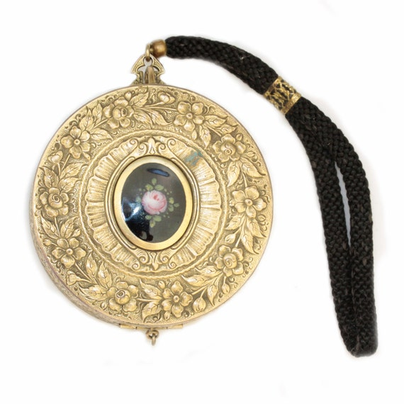 Beautiful Victorian dance compact in gold with guilloche detail and original makeup, patent date 1916
