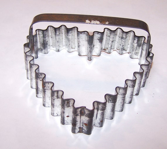 Vintage heart shaped cookie cutter - scalloped
