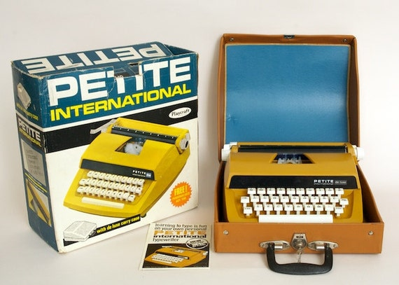 Petite International De Luxe Vintage/Retro Childrens Toy Typewriter 1970s