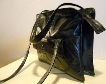 Lovely Italian, vintage black leather shoulderbag.