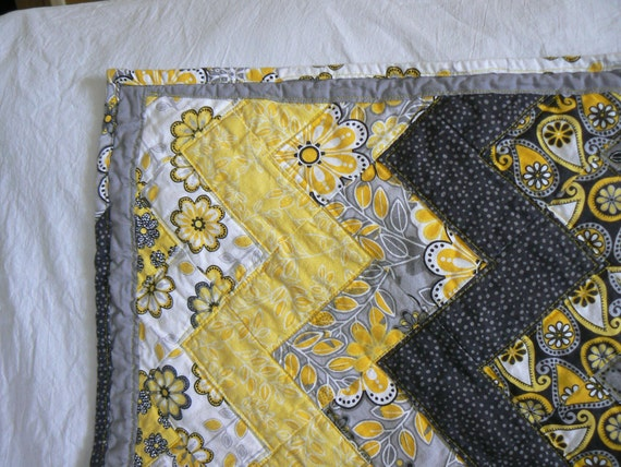 Yellow black gray and white zig zag baby quilt for Black white and gray quilt patterns
