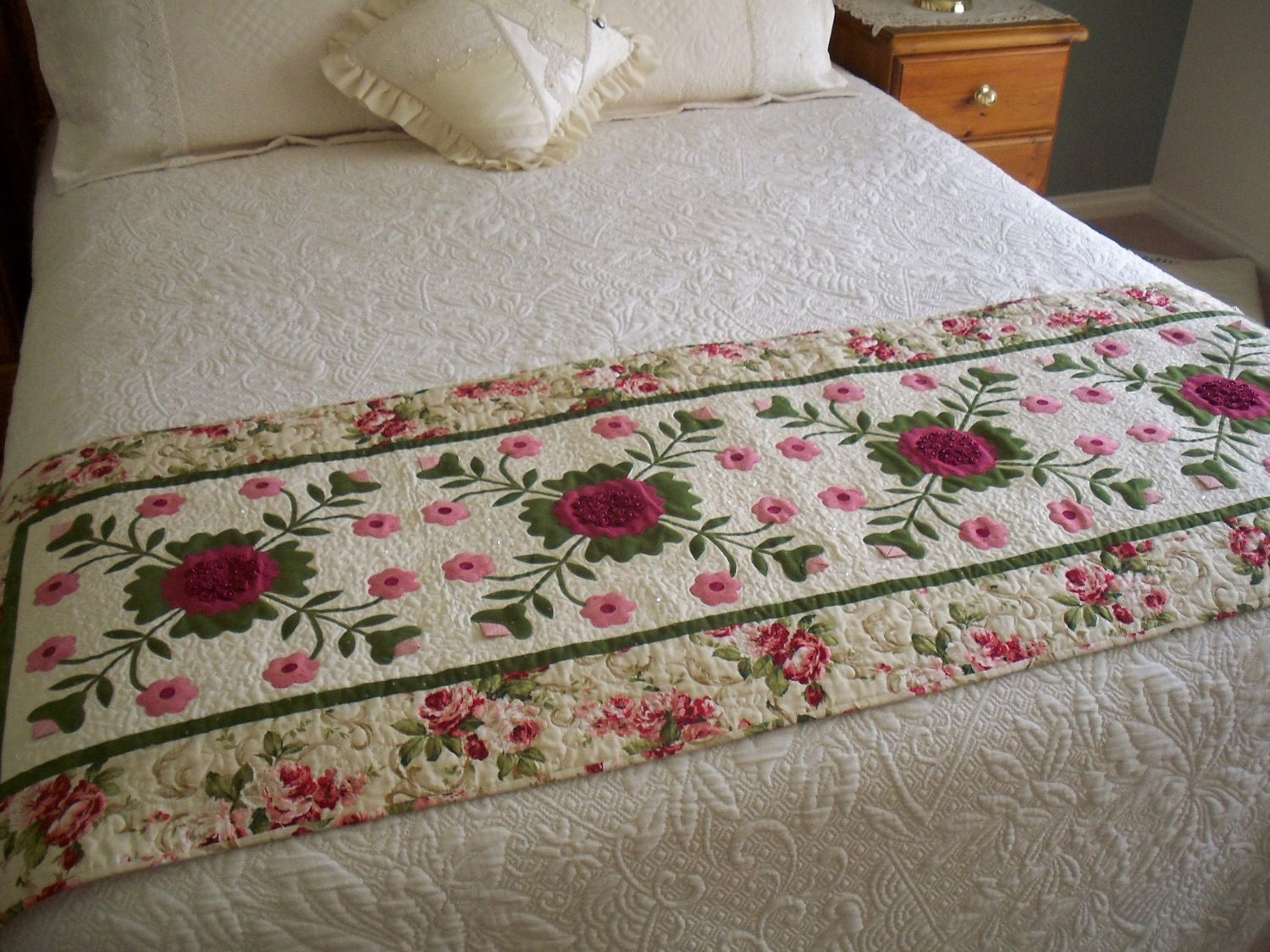 Bed Runner Pattern Cranberries Cream