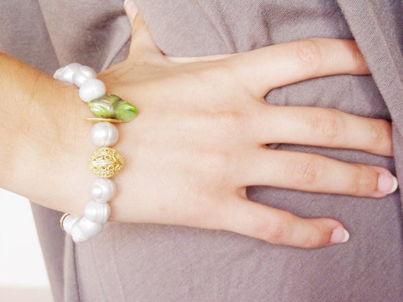 Grey pearl bracelet with gold plated sterling bead and green, long pearl