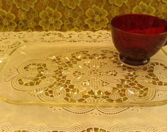 Vtg servi-tray/snack trays with tear drop pattern and ruby red tea cups (set of 4)