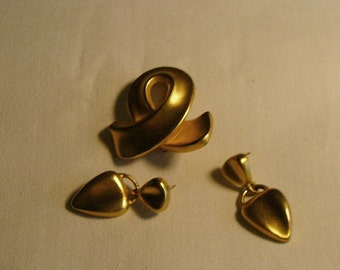Vintage Ann Klein Set With Brushed Gold Ribbon Brooch and Dangle Pierced Heart Shaped Earrings