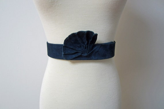 Vintage 1940s - LOWELL - navy blue suede and leather art deco belt - S/XS