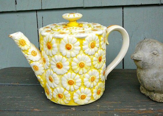 Embossed Yellow and White Daisy Teapot