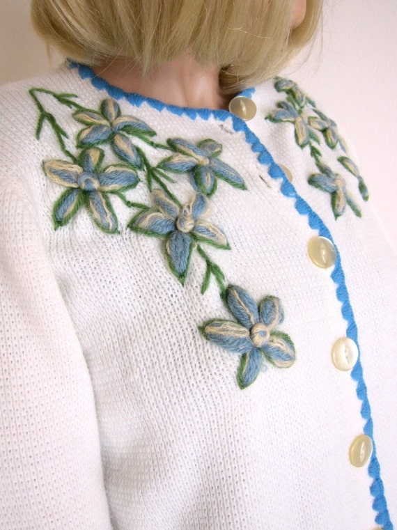 70s True Vintage Embroidered Sweater Folk Floral Cardigan - Scallops - White - Blue & Green - Yarn Embroidery - Flowers - 34 Small
