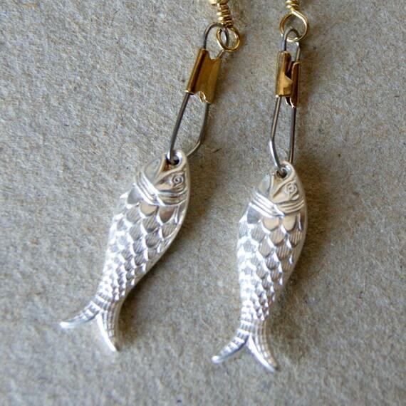 Metallic Fish Earrings - Fish Earrings - vintage silver Lucite Fish Earrings - silver fish earrings - Nautical - Pisces