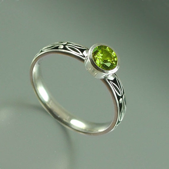 AUGUSTA sterling ring with Peridot