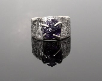 Raw crystal organic ring. Natural rough amethyst crystal in a reticulated silver ring. SIZE 9,5. Anneau. Fingerring.