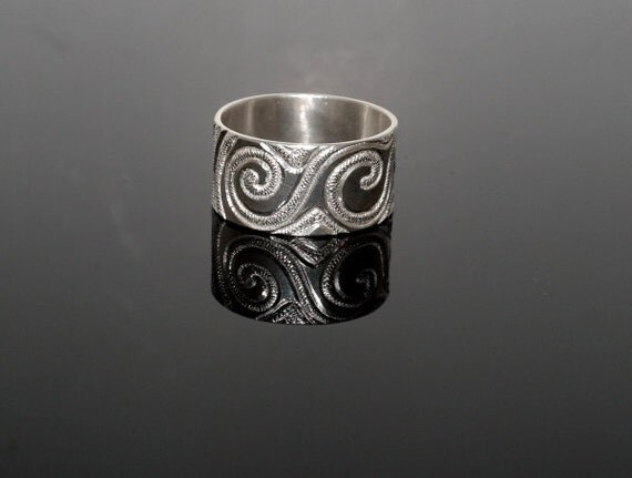 Hand engraved sterling silver ring. Wide silver band. Anneau. Fingerring.