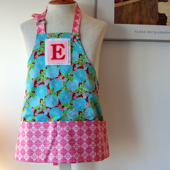 Little Kids/Toddler Apron for ages 2 to 6 - personalized felt letter initial - reversible with front pockets - Sugar Mum (free shipping)