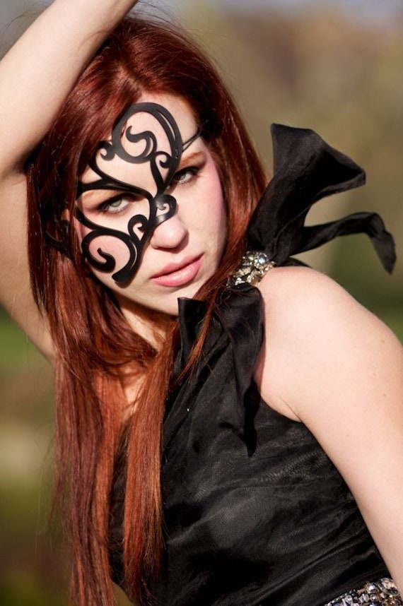 """Half mask in black leather """"Whirly"""""""
