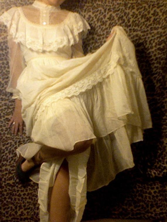 SALE 1970s Cream Gunne Sax Wedding Dress with Antique Lace Long Sleeves Prairie Ruffle S/M
